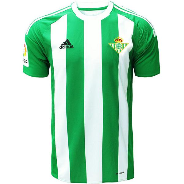 3138106b14580 Camiseta real Betis 2016-17 primera es predominantemente verde y cuenta con  tres franjas blancas en la parte delantera y trasera.