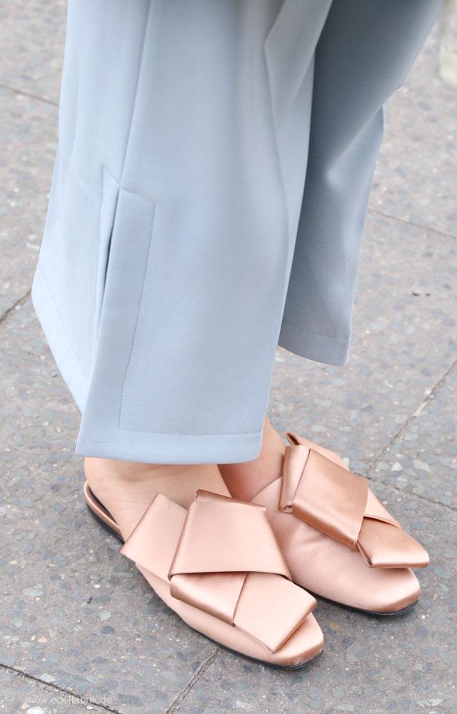 Pantoffeln mit großen Schleifen von H&M