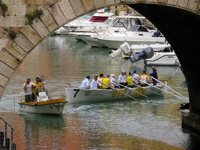 Ovo Sodo rowers and their support boat, Fosso Reale, Livorno