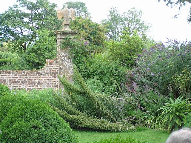 mury z cegły w ogrodzie, angielski ogród