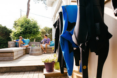 Wetsuits drogen in Board and Breakfast surf villa