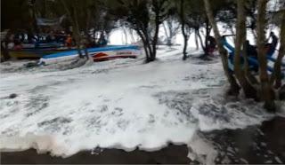 Gelombang pasang atau lebih dikenal dengan angin puting-beliung Rob tiba lagi di pantai Parangtritis d Tempat Wisata Terbaik Yang Ada Di Indonesia: Gelombang Pasang Badai Rob Naik lagi di Parangtritis
