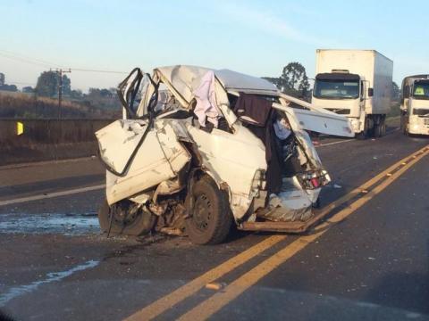 Caminhão e carro se chocam e deixa um morto na BR 277