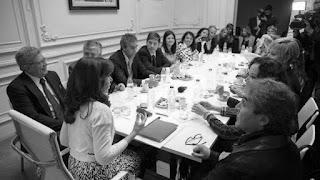 Luego de una semana intensa de reuniones en la Ciudad de Buenos Aires, Cristina Kirchner regresó a Santa Cruz. La última actividad oficial fue una cita con senadores del Frente para la Victoria. Si bien la convocatoria fue amplia e incluyó a todos los integrantes del espacio, hubo varios que prefirieron evitar la foto con la ex jefa de Estado, entre ellos Miguel Ángel Pichetto.
