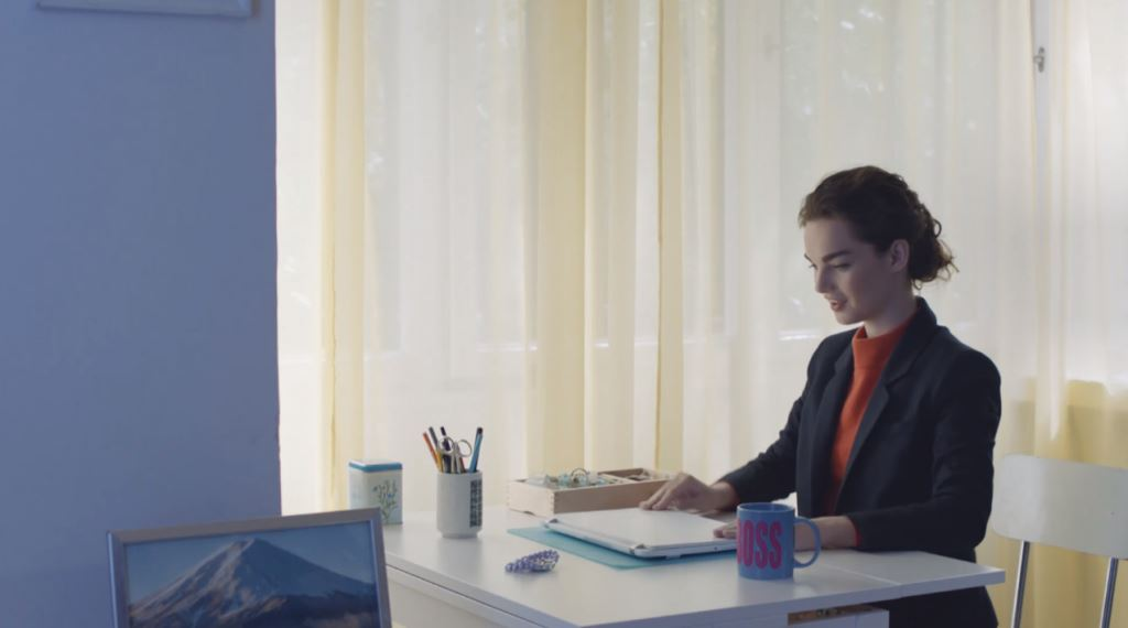 modella benetton spot colloquio ragazza mutandine computer testimonial spot 2016