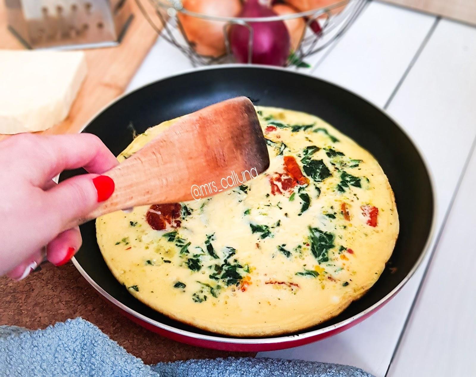 omlet ze szpinakiem i pomidorami