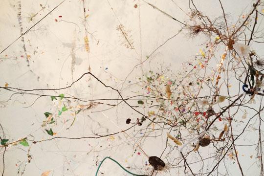 Gefüllter Hefekranz mit Marzipan, Rosenkonfitüre, getrockneten Kirschen und Pistazien sowie das Vegetative Nervensystem von Gerda Steiner und Jörg Lenzlinger im Foyer des museumkunstpalast in Düsseldorf