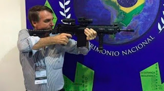 Bolsonaro assina decreto que muda uso de armas por atiradores esportivos
