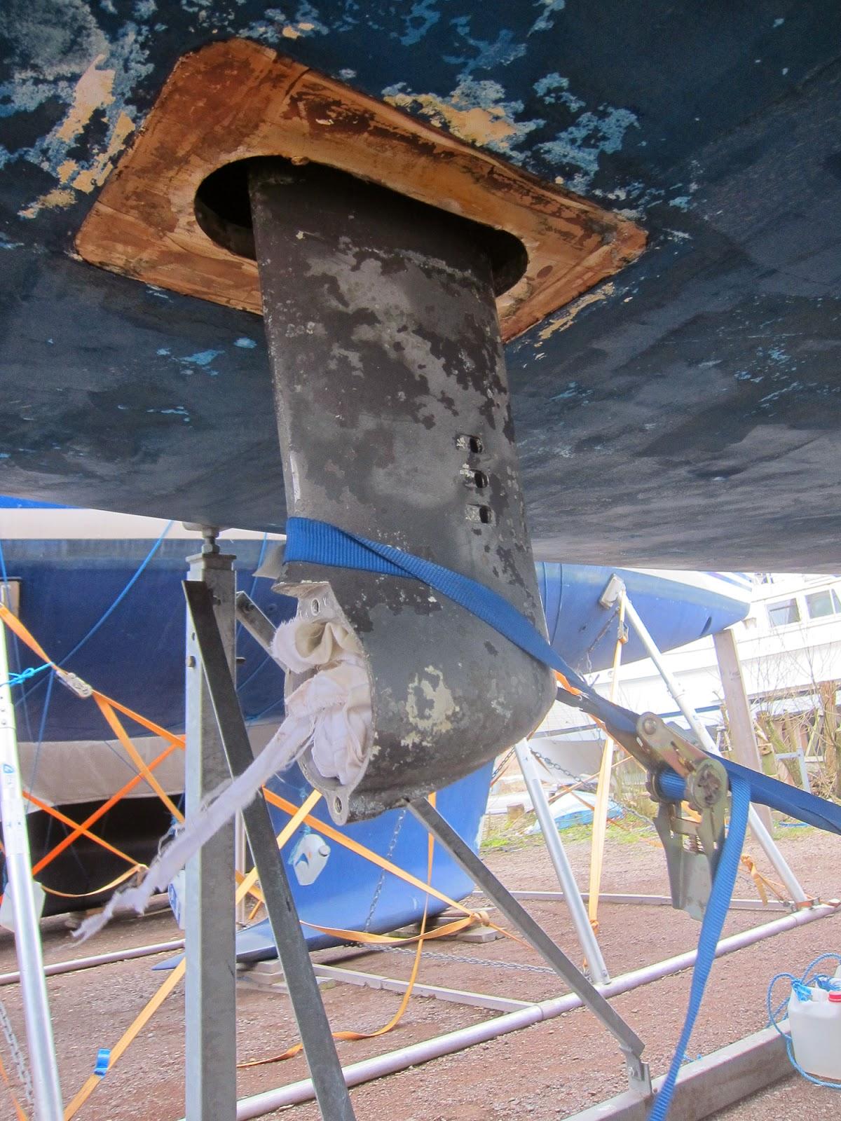 Strammer opp seildrevet med en lastestropp rundt kjølen for å holde det på plass