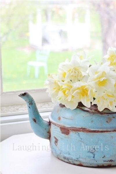 Ketel berbahan aluminium atau enamel juga cantik menjadi pot atau vas bunga.