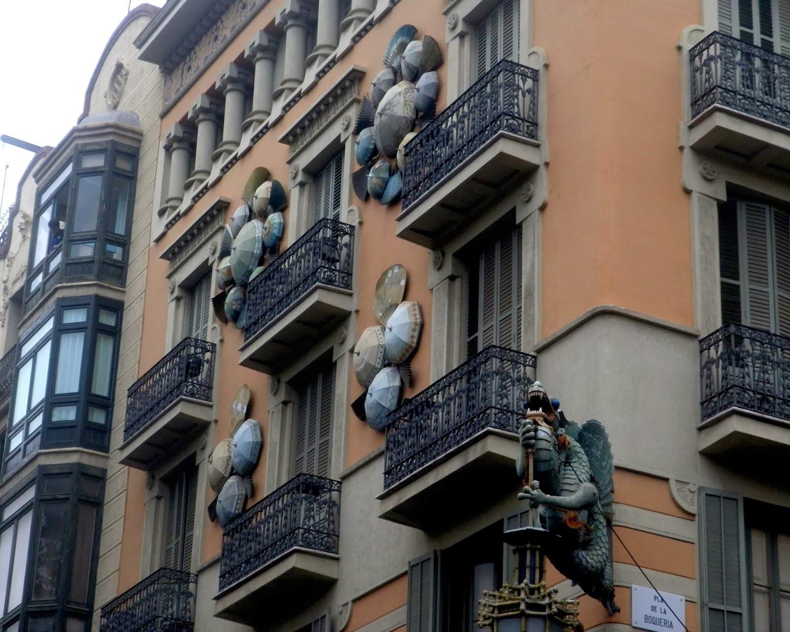 Edificio de paraguas del barrio gótico de Barcelona