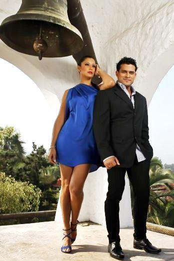 Foto de Christian Domínguez y Karla Tarazona cerca a un campanario