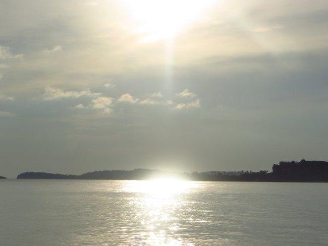 Солнце высоко над морем