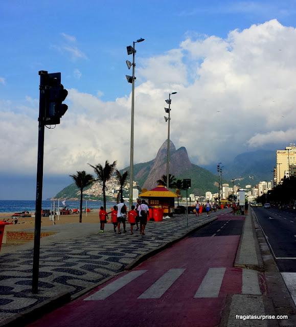 Calçadão da Praia de Ipanema e Morro Dois Irmãos
