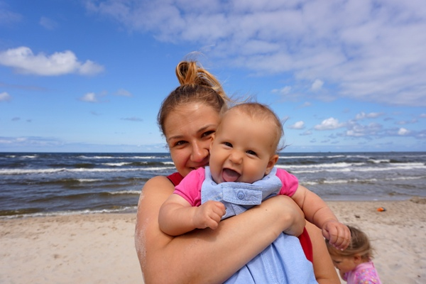 roześmiane dziewczyny na plaży