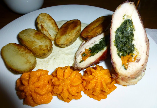 Pollo Relleno, puré de zanahoria y patatas, Cafe Satori, Cracovia