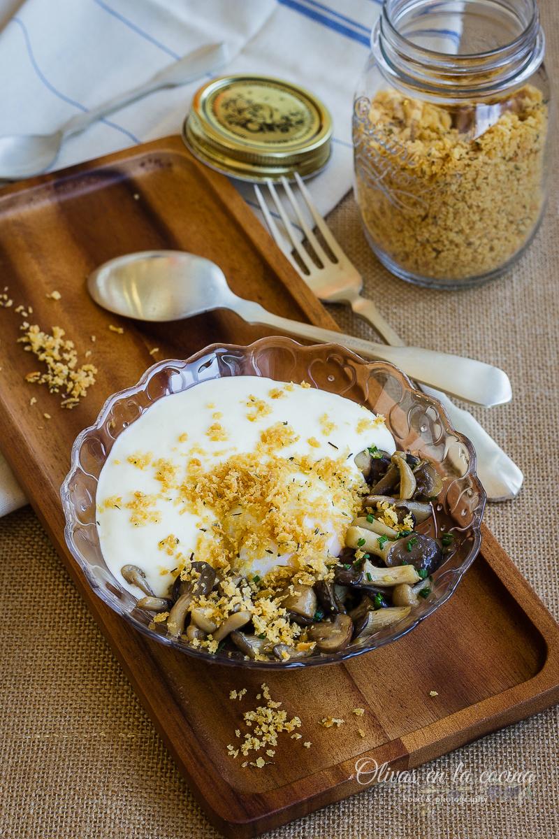 Huevo con espuma de patata y setas