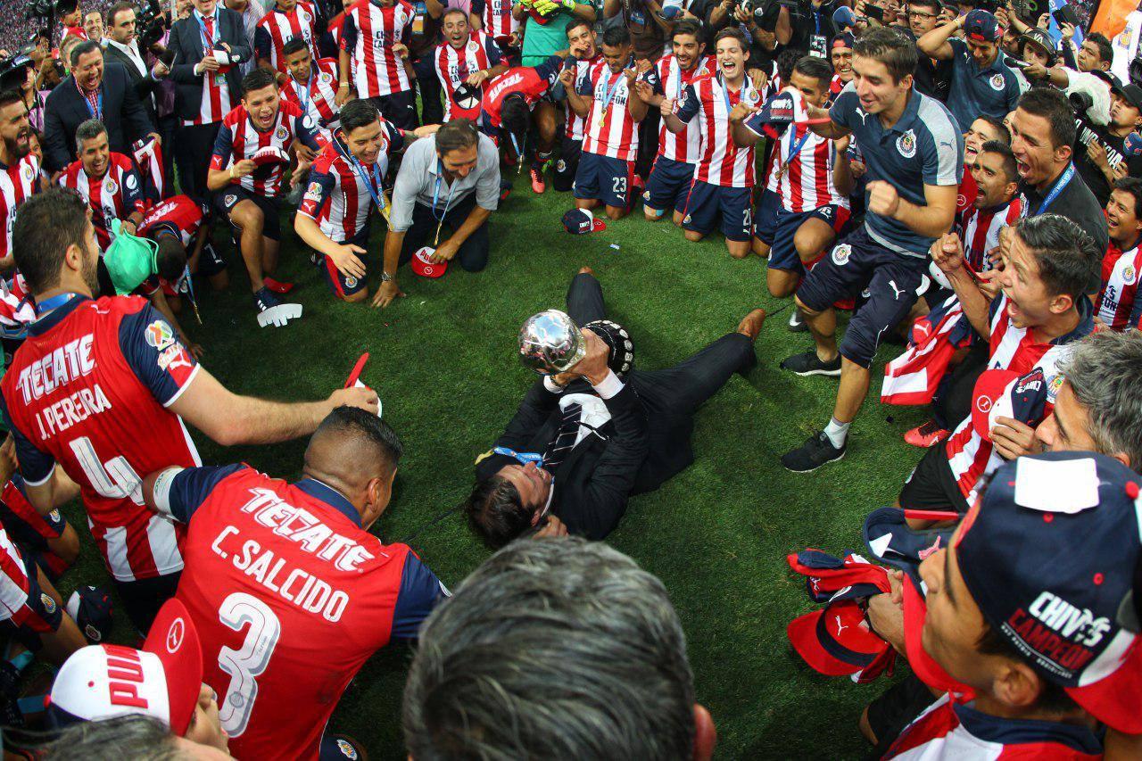 Almeyda celebra con sus jugadores el título de liga.
