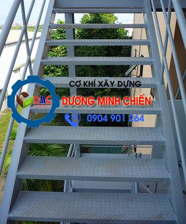 làm cầu thang sắt ngoài trời