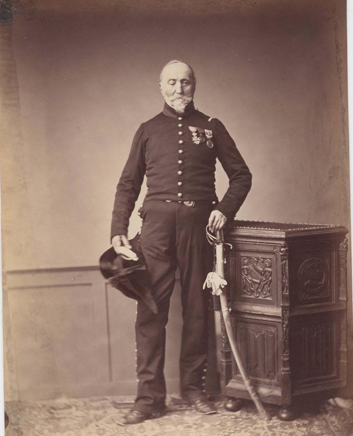 Monsieur Loria del 24º Regimiento de Chasseur Montado y un Caballero de la Legión de Honor, que parece haber perdido su ojo derecho.