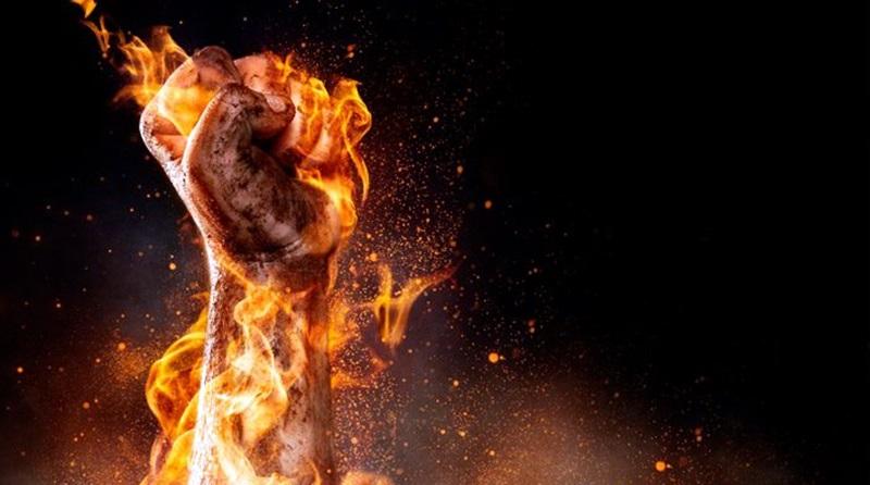 imagem de um punho cerrado em chamas
