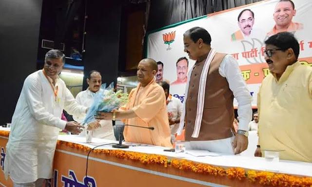 प्रजापति समाज के सम्मेलन का दीप प्रज्जवलित कर शुभारम्भ करते मुख्यमंत्री योगी