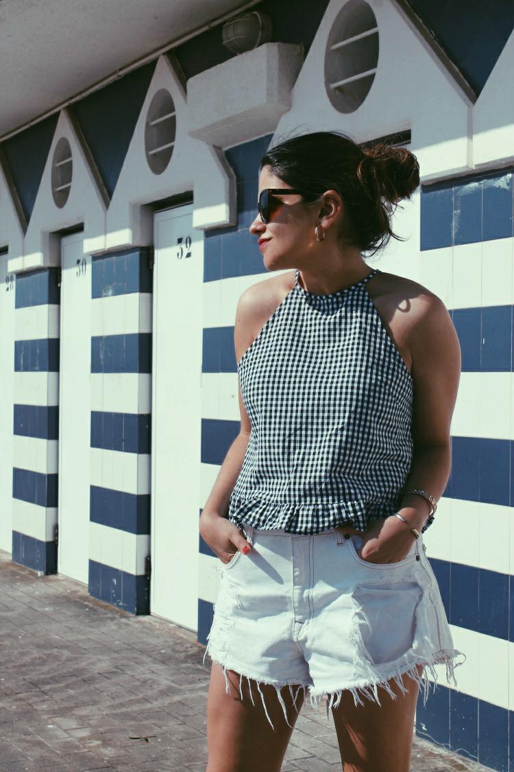 blogger de moda look con shorts blancos y cuadros vichy
