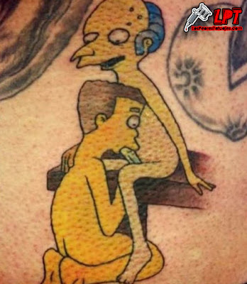 Tatuaje de Mr Burns y Smithers teniendo sexo oral