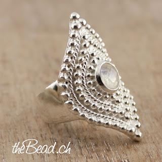https://www.thebead.ch/product_info.php?info=p2115_silber-regenbogen-mondstein-ring.html