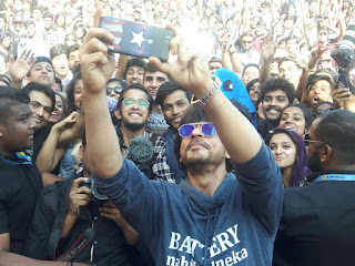 Shahrukh Khan hymns his famous dialogues for students in Pune!