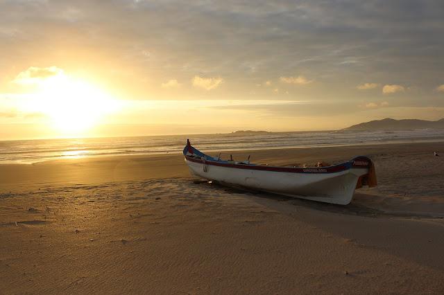 Amanhecer canoa e o mar