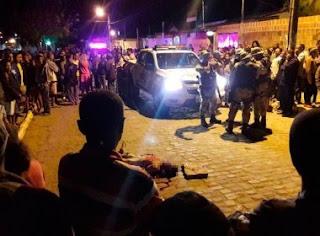 Garoto morre em assalto e moradores invadem delegacia e matam acusado