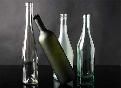 botol dengan berbentuk unik kadang sudah bagus ditata langsung, bantuan dari pencahayaan ruang dapat memperindahnya dan menyempurnakannya sebagai hiasan dekoratif yang elegan