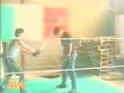 Xtreme Mark utilizza un neon durante un match IWA
