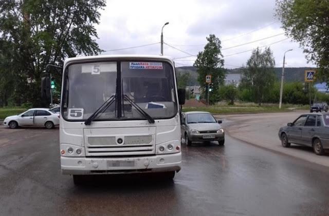 В городе Октябрьский автобус сбил маму с дочкой