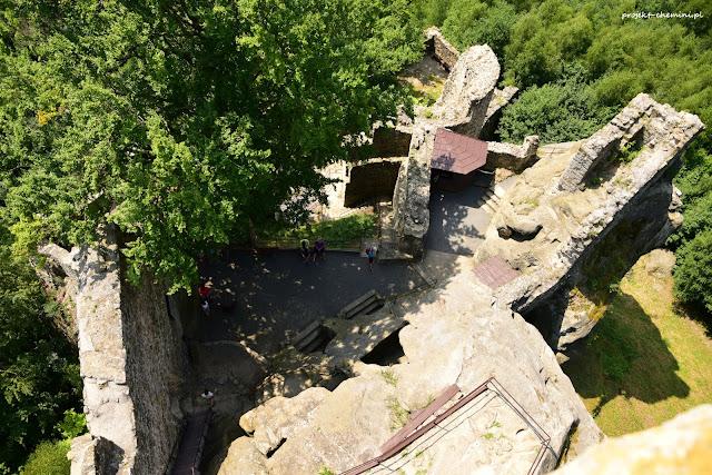 Widok z zamku Frydstejn, dziedziniec zamkowy