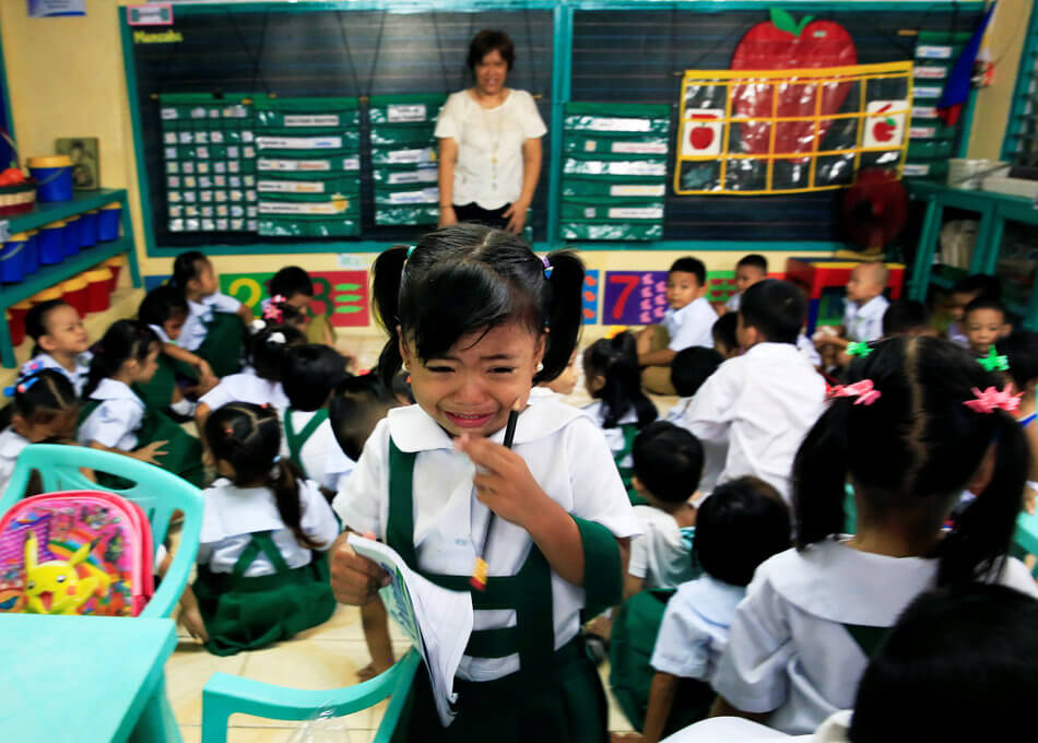 55 Stunning Photographs Of Girls Going To School In Different Countries - Philippines