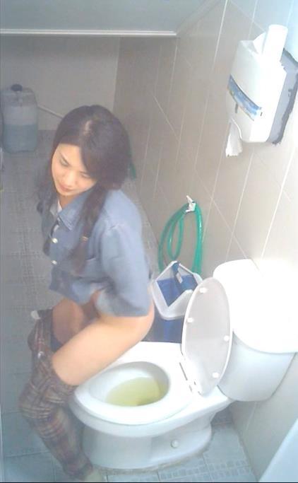 women peeing bathroom voyeur