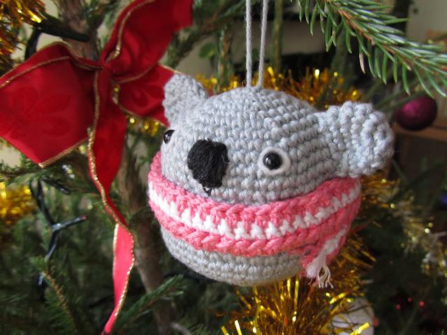 Decoración navideña de ganchillo con forma de koala