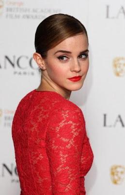 Maquillage avec une robe rouge