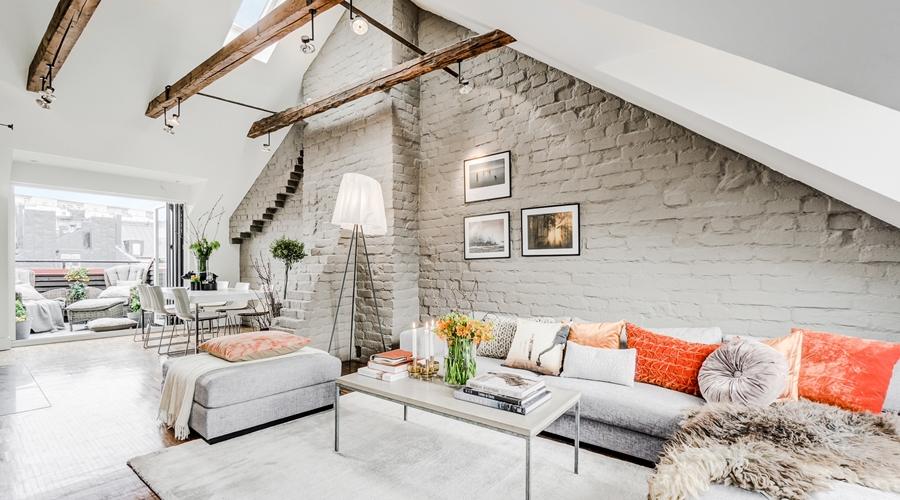 Mieszkanie na poddaszu ze ścianą z szarej cegły, wystrój wnętrz, wnętrza, urządzanie mieszkania, dom, home decor, dekoracje, aranżacje, styl nowoczesny, styl skandynawski, styl eko, modern style, eco style, scandinavian style, biel, white, szarości, grey, drewniane belki, poddasze, wooden beams, attic