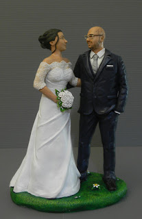 statuine torta nuziale abbraccio sposi sguardo occhiali orme magiche