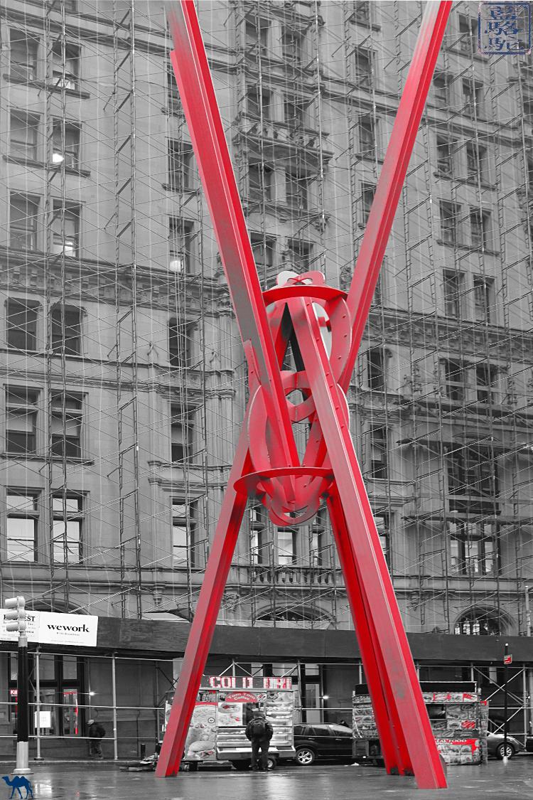 Le Chameau Bleu - Manhattan Joie de vivre Sculpture de Mark di Suvero USA