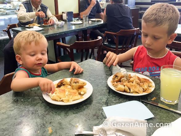 peynirli veya kıymalı, çocuklar kol böreği ile güne başlamaya bayıldı, Tarihi Sarıyer muhallebicisi
