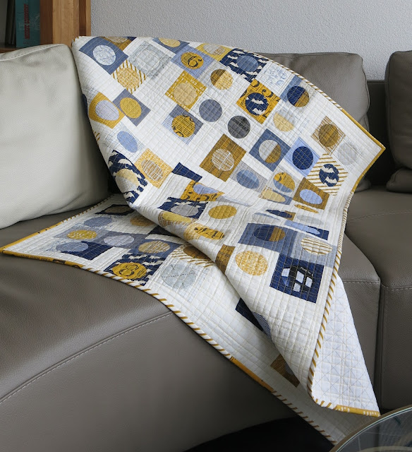 Luna Lovequilts - Infinité III on the sofa