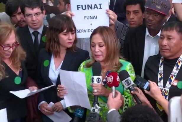 Atriz  Susana Vieira  toma microfone de repórter global durante protesto em prol da Amazônia