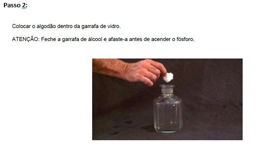 Brincando com o frasco de perfume
