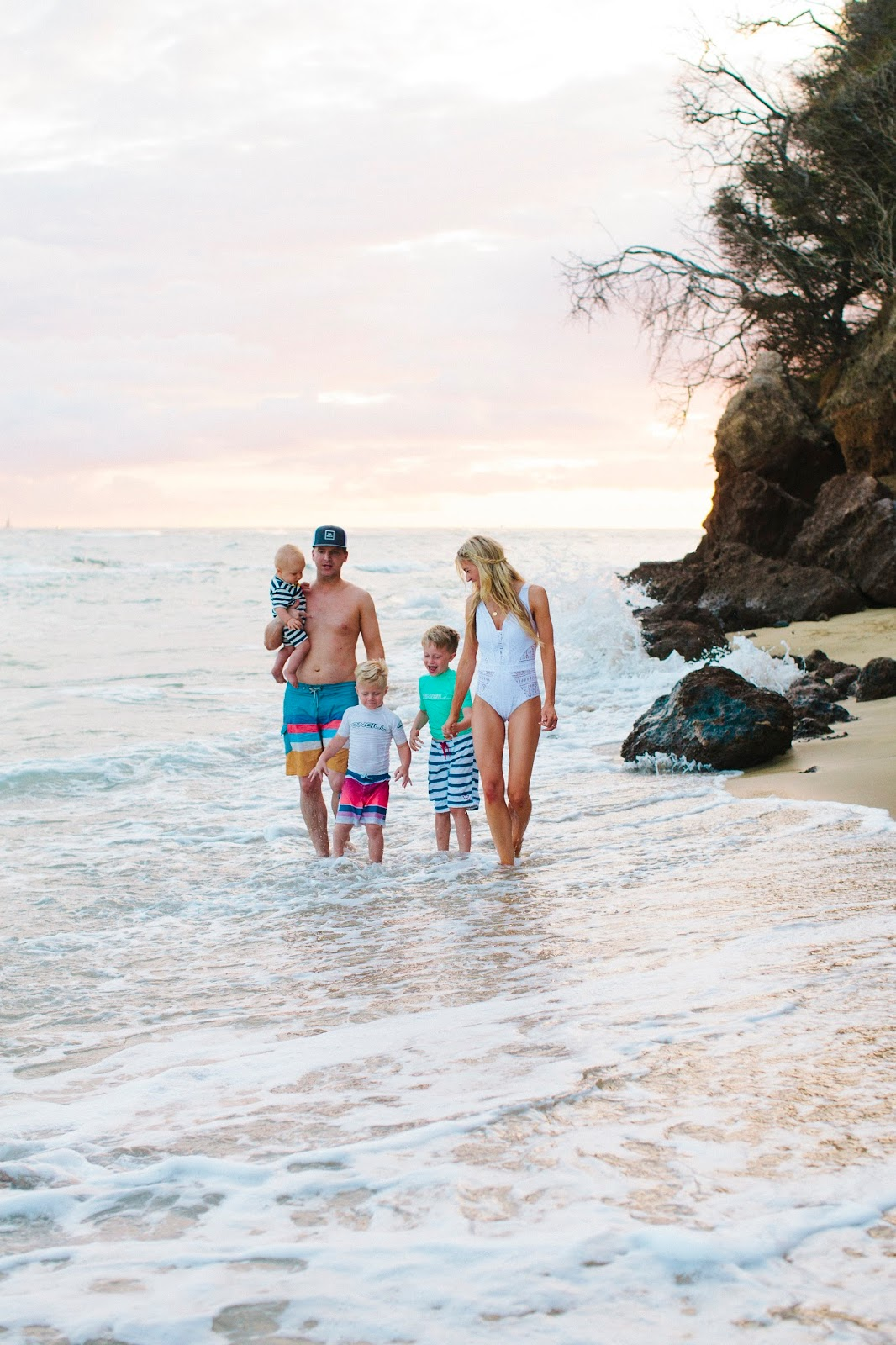 A FEW OF MY FAVORITE TRICKS FOR TRAVELING WITH KIDS (+ OUR HAWAII FAMILY PHOTOSHOOT)
