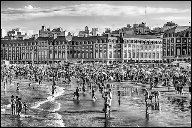 Gente vañándose en Mar del Plata