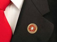 Bir milletvekilinin ceketinin yakasına takılmış bir TBMM rozeti
